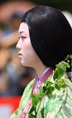 NO es una geisha. Es una participante del Aoi Matsuri (Festival de la hoja de aoi)