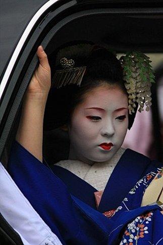 Geishas ingresando al taxi que la lleva a una cita