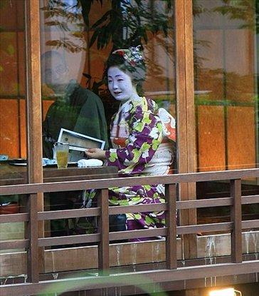 Geisha en restaurant con cliente