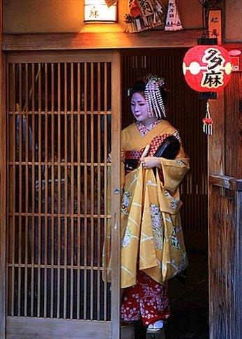 Geisha ingresando en su okiya