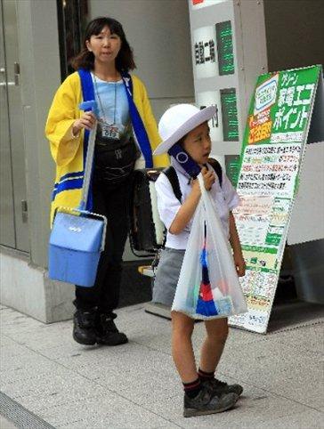 Niñito coqueto adherido al celular desde temprana edad (los uniformes de colegio son de lo más elegantes, con sombrerito y todo!)