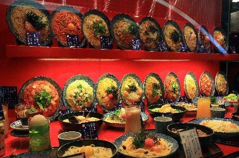 Vidriera de un restaurant donde se exhiben los platos en maquetas de plástico y uno puede pedir lo que quiere señalando (sin necesidad del idioma)