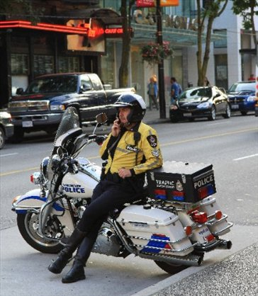 Policía estresadísimo