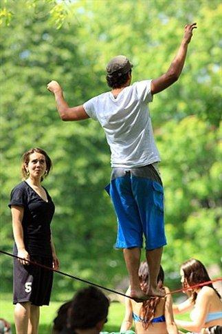 Aspirantes a acróbatas que practican en el parque (debido al éxito del Cirque du Soleil, Montréal cuenta hoy con múltiples escuelas de circo)