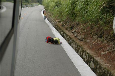 Chicos jugando en la ruta de la montana/ Children playing at the edge of the mountain's highway