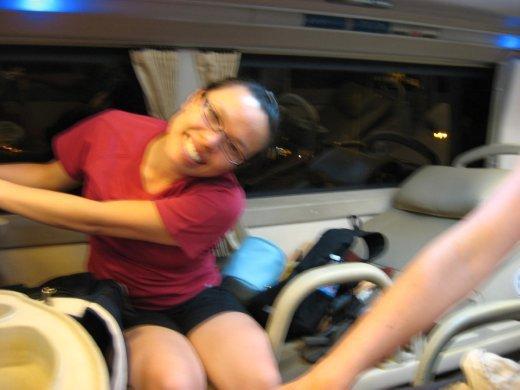 My-Linh se prépare pour son dodo dans le sleeping-bus (semi-confortable!!!)