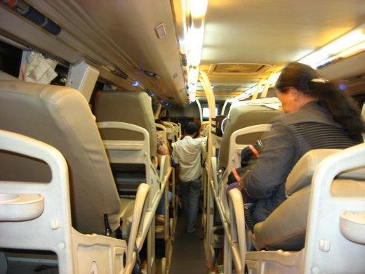 Autre vu de l'intérieur de l'autobus. Le Viêt-Nam est fait sur le long, les trajets sont toujours très longs. Plusieurs compagnies offrent les sleeping-bus.