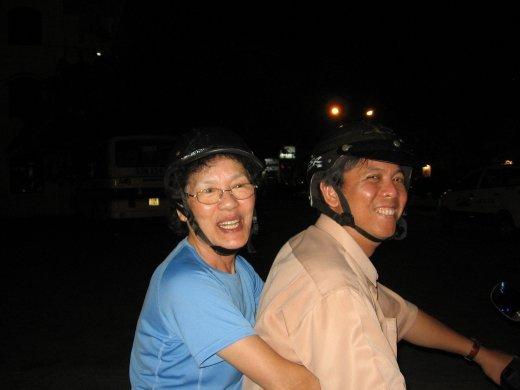 Voici Thành, le neveu de Mme Diep, qui habite Nha Trang. Il lui a offert un tour de scooter. C'est lui et sa femme qui feront nos habits à Alexx et moi.