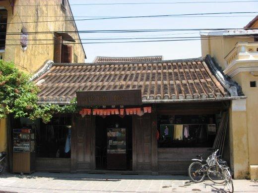 La vieille ville est protégée par l'UNESCO, comme Louang Prabang au Laos. C'est mignon, mais la vieille ville est orientée exculsievement vers les touristes: café, resto, boutiques de souvenirs et couturiers; voilà ce que l'on y retrouve.