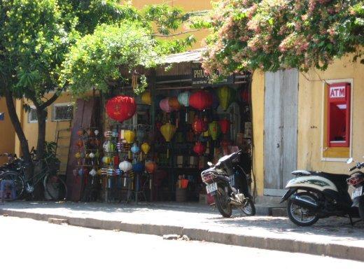 Hoi An s'illumine de nombreuses lanternes en soirée (lorsqu'il ne manque pas d'électricité). Les photos n'ont pas bien sortie, alors on a photographié un magasin!