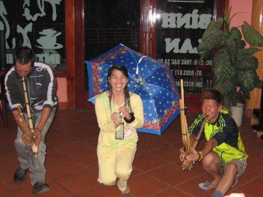 Démo amusante d'une danse traditionnelle des H'Mong noir. Le jeune homme à droite est le même que vous avez vu habillé en Ninja plus tôt. Il nous a bien fait rire.