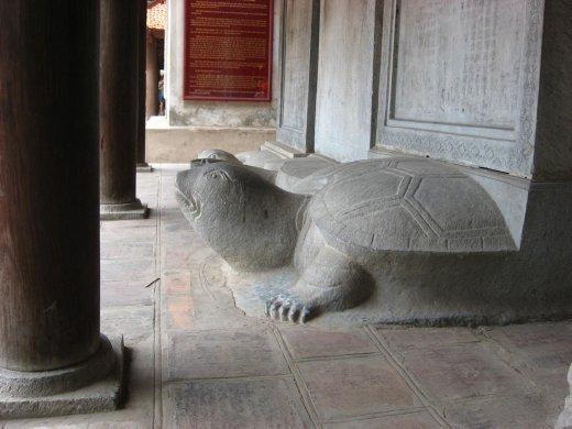 Tortue : symbole de longévité. Chacune supporte une stèle avec le nom des gradués (datant du 14 siècle!!!)