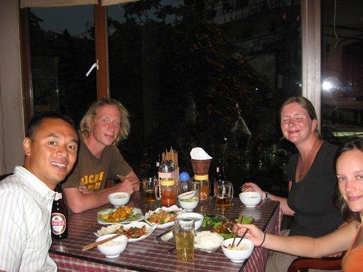 Dernier repas avec nos nouveaux amis. Le lendemain ils partaient pour la Malaisie à 9h20, alors que nous partions pour la Thaïlande à 9h15.