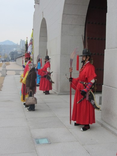 Gyeongbokgung Palace 경복궁 Royal guards at front gate.