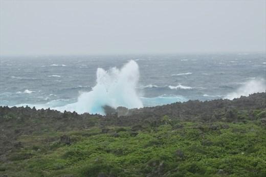 Rough surf Shiratori Xaki Park, Irabu