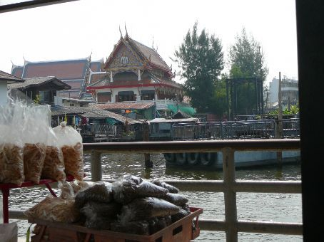 Thewet Pier - Thewerat Kunchon & bread for the catfish