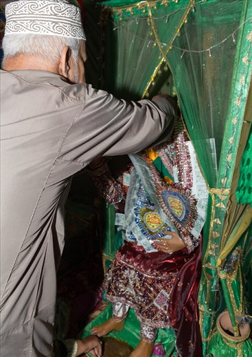 Even though the Henna party is for ladies, bride's male members get a chance to congratulate her as well as donning her with decorated strings of money. Showing his appreciation that his daughter is well decorated with Henna, Thuraya's father put around her neck heart  shaped notes of money.