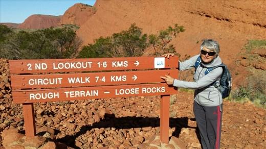 Das muss ich erzaehlen...Sigi und ich sind am vormittag um den Uluru gewandert. Das sind 10,6 km. Dann sind wir rueber zu den Olgas gefahren (ca 50 km) und haben uns dort erst einmal gestaerkt. Es war Mittagszeit. Dann wollten wir nur mal schauen welche Wanderwege es gibt und sind die ersten 1,6 km gegangen. Dann noch ein bisschen weiter und noch etwas weiter. Wir kamen an einem Punkt an, wo wir uns entscheiden mussten, umzukehren oder weiterzugehen. Also sind wir weitergewandert und haben eine wunderschoene Landschaft vorgefunden. Als wir wieder zurueck waren hatten wir tatsaechlich noch einmal 10 km zurueckgelegt. Das ist eine persoenliche Bestleistung und meine Fuesse fanden das gar nicht lustig. Den naechsten Tag haben wir ganz ruhig angehenlassen...