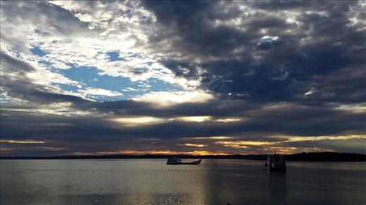 River Heads wo wir die Faehre nach Fraser Island genommen haben. Die Sonne geht auf!
