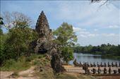 Met wat op en afstappen zijn we in Angkor Thom  over de muur van poort tot poort: by irko_mirjam, Views[160]