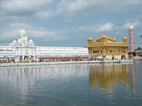 Even by day, the Golden Temple and its holy waters held beautiful energy