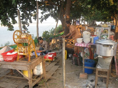 Along the Mekong walkway in Kratie, local people set up food stalls to sell everything from cane juice to sandwiches and beer to fried rice.