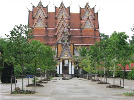 Next to Wat Wang Wiwekaram is this ceremonial building which is only used when a new monk joins the temple. Inside the body of the Mon leader, Abbott Uttama, is enclosed (but covered) in a glass case.