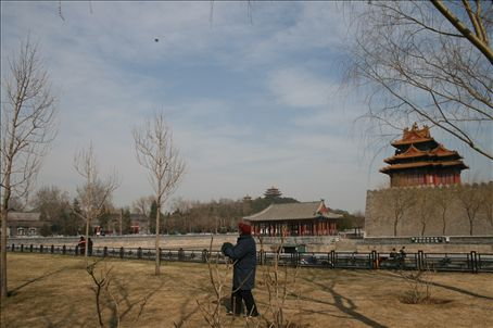 I sat for a while watching the old men flying wafer thin kites at amazing altitudes - just outside of the Forbidden city permimeter walls