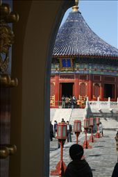 Inside the Temple of Heaven, Tiantan Park where Emperors prayed for a good harvest. This is the Imperial vault of Heaven and is surrounded by a curved wall that echoes messages.: by jonnygo, Views[519]