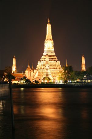 Wat Arun (or Temple of the Dawn) - one of the most impressive in bankok