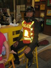 En trivelig politi tar lunchpause paa en liten kafe ved fortauskanten: by jornsalve, Views[218]