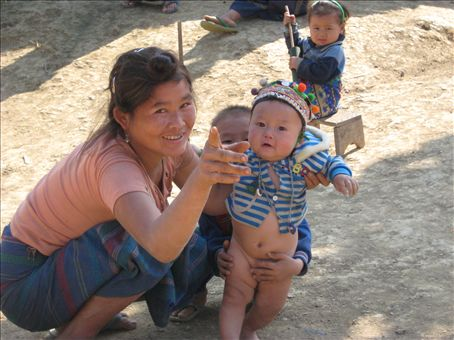 Hmong woman and her children, near Muang Ngoi
