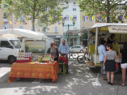 Mis anfitriones, Hélène y Thierry, en un día de mercado, que viene ser como una feria del agricultor.  Merci beaucoup, à une prochaine!