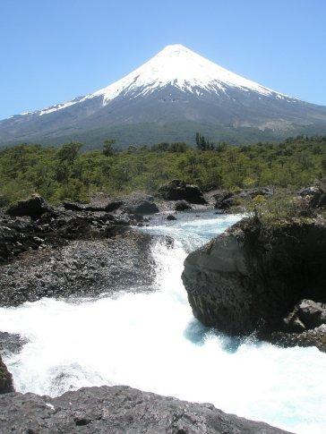 Saltos de Petrohué con volcán Osorno de fondo