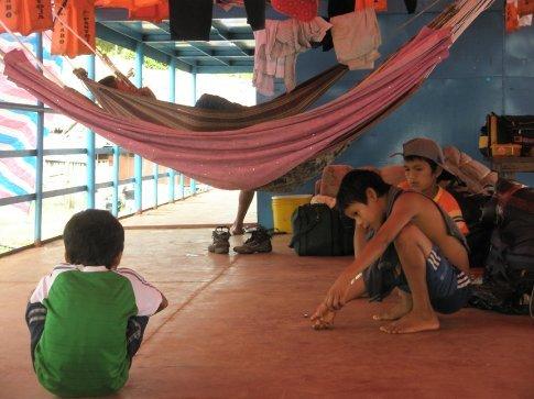 Muchos niños en el barco, entreteniéndose como pueden