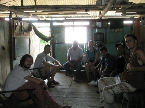 Los lugareños de Santa Clotilde nos invitaron a su casa a tomar masato