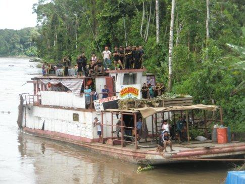 El tercer barco en discordia, también nos cruzamos con él y éste parecía el peor de los tres. Iba lleno de militares de permiso a Iquitos.