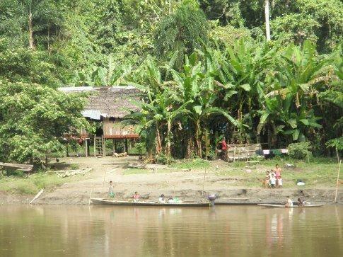 Más pequeños grupos de casas a orillas del río