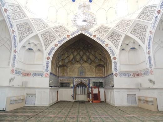 Inside Bolo-Hauz mosque