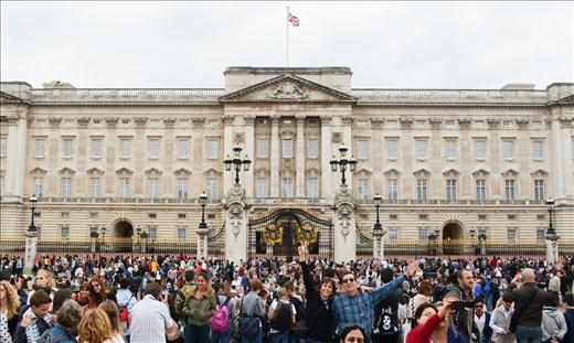 Buckingham Palace: Photobombed by a random couple