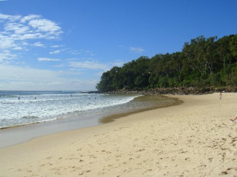 Finally a clear(ish) sky back at the main beach in Noosa.