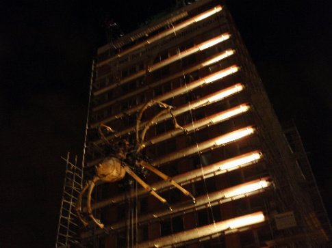 la machine spider at night