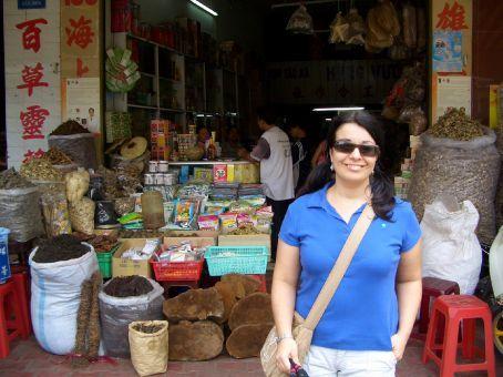 Mercado de especiarias em Cholom. Tudo ali atras sao ervas medicionais tradicionais. Caminhar por essas ruas eh uma experiencia olfativa impar!