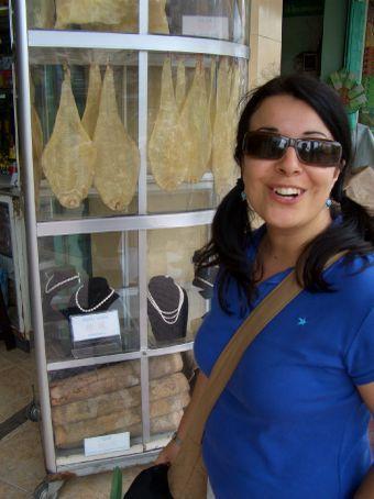 Numa mesme vitrina: peixe seco e p'erolas! Soh mesmo no bairro chines!