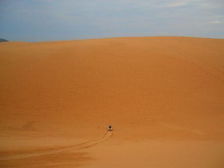 Surfando nas dunas de areia vermelha