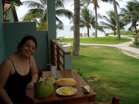 Cafe da manha na varanda do quarto e a praia logo ali!