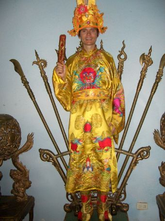 Com as roupas reais (e o rei na barriga?)