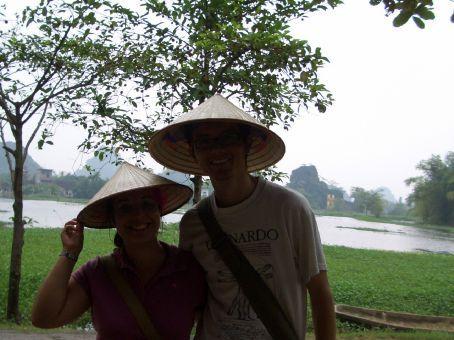 Mesmo sem sol eles usam esses chapéus.