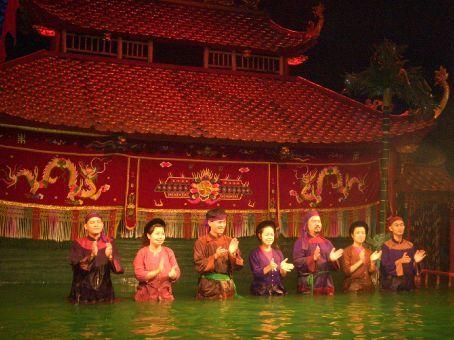 Os manipuladores dos fantoches aquáticos recebendo os aplausos.
