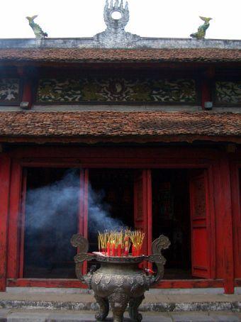 Queimando incenso no templo